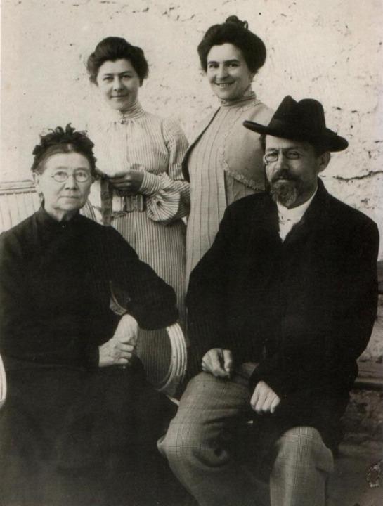 Antón Chéjov, su madre Yevgeniya, su hermana Maria Pavlovna y Olga Knipper