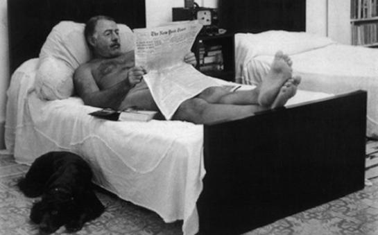 Ernest Hemingway leyendo el New York Times.