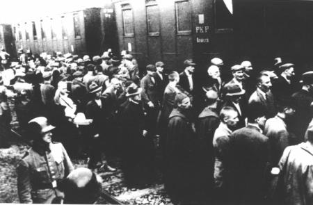 El primer transporte de prisioneros a Auschwitz en la estación de Tarnów. (14 de junio de 1940)