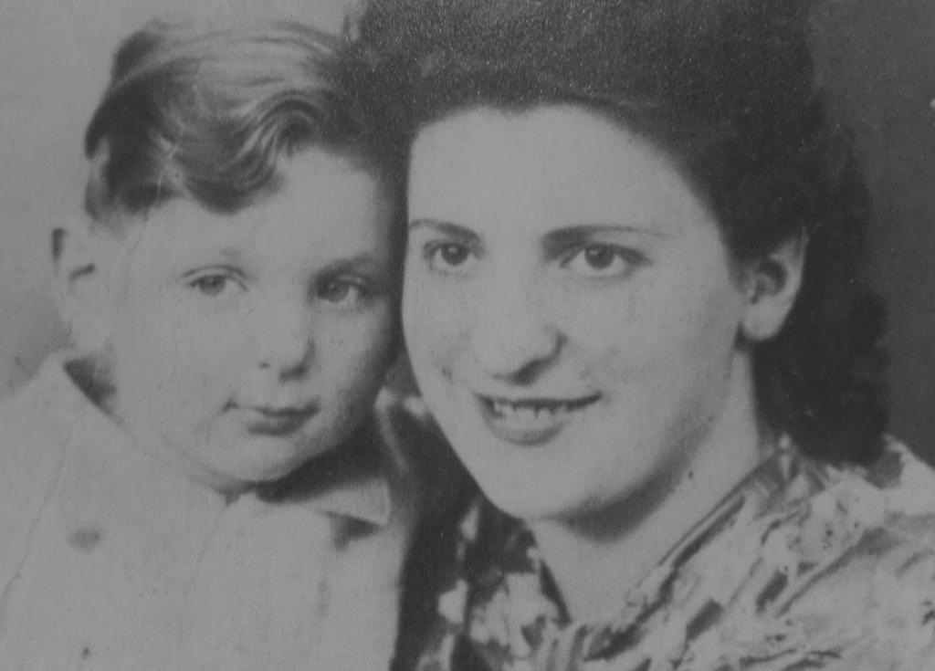 Georges Perec junto a su madre